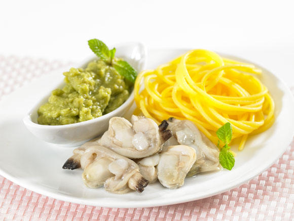 Clams with avocado dip and noodles