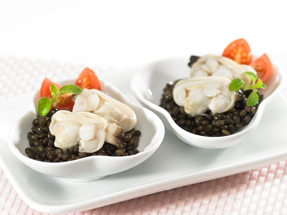 Clams<br />in black lentils bed
