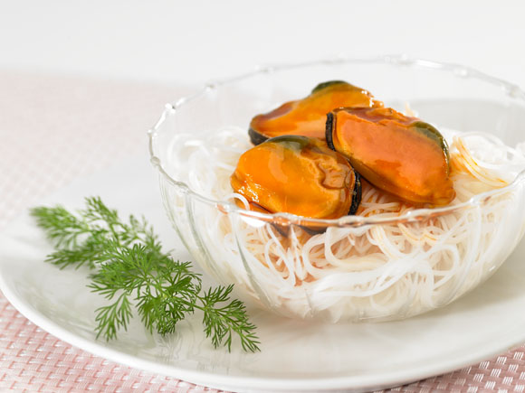 Mussels in nest of rice noodles
