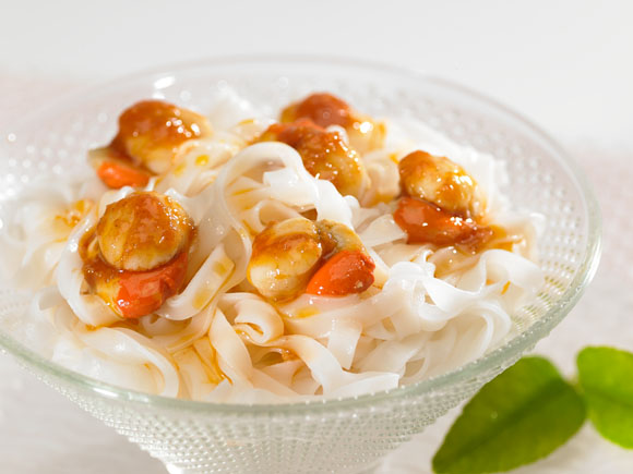 Small scallops with rice tagliatelle