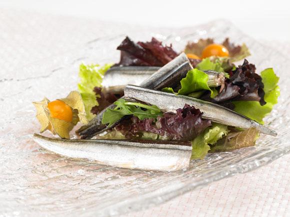 Agujas con ensalada de brotes tiernos