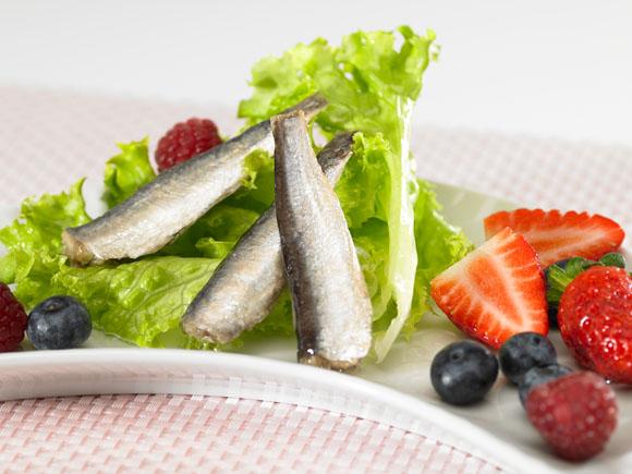 Sardinillas en ensalada de frutos rojo