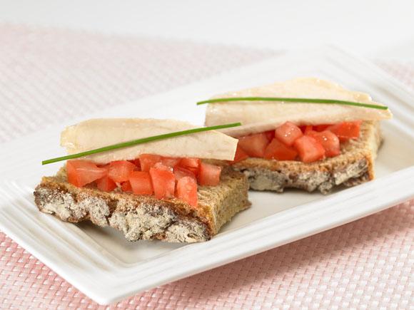 Tosta de ventresca de bonito con taquitos de tomate